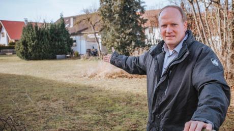 Hurlach ist ein begehrter Wohnort, auch aufgrund der Verkehrsanbindung.Wohnraum schaffen allein reicht aber nicht: Bürgermeister Andreas Glatz zeigt, wo die Krippenerweiterung gebaut wird.