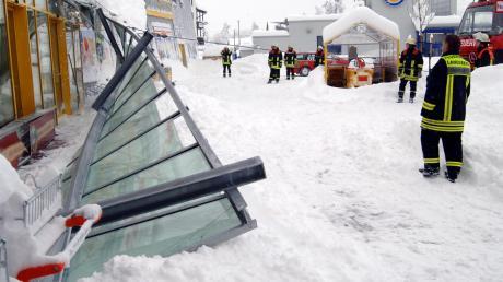 Anfang März 2006 schneite es tagelang im Landkreis Landsberg: Das Vordach eines Lebensmittelmarktes stürzte unter der Last ein.