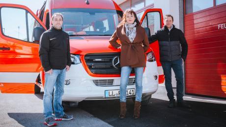 Schwiftings Bürgermeisterin Heike Schappele präsentiert mit Christian Ritzl (Zweiter Kommandant, links) und Kommandant Peter Aumüller den neuen Mannschaftswagen für die Feuerwehr.