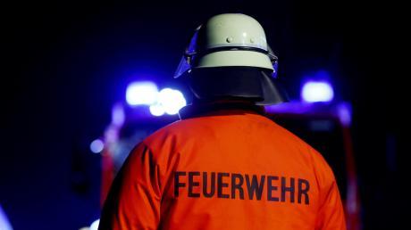 Mehrere Feuerwehren rückten am späten Montagabend zu einem Brand in Puchheim (Landkreis Fürstenfeldbruck) aus. Dort brannte es in einem Einfamilienhaus.