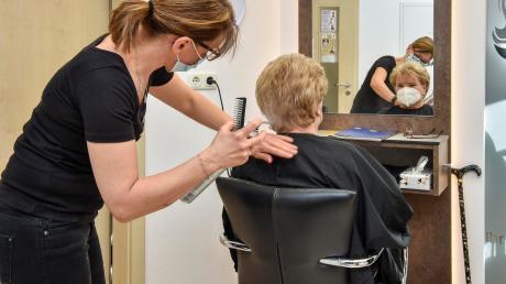Im Lockdown hat Christina Süß' Sohn Wolfgang die Haare seiner Mutter jeden Morgen toupiert (unten links). Nun durfte sie wieder zu ihrem Lieblingsfriseur – und ist mit dem Ergebnis sichtlich zufrieden