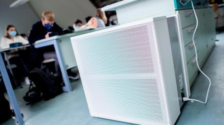Mobile Luftreinigungsgeräte sollen die Luft in Klassenzimmer frei von Viren halten. Der Einsatz ist jedoch umstritten und wurde jetzt vom Stadtrat Neusäß abgelehnt.