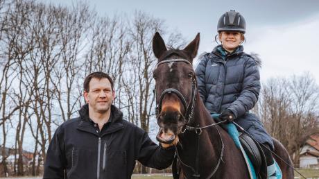 Harald Harald Mack, Vorsitzender der Abteilung Reiten beim SV Kinsau, und seine Tochter Isabella sind froh, dass zumindest der Reitplatz genutzt werden kann.