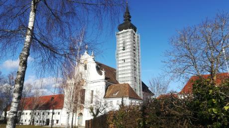 Seit dem Ende der Sommerferien ist der Turm des Dießener Marienmünsters großteils eingerüstet, weil vor dem Einbruch des Winters die Putz- und Malerarbeiten nicht mehr abgeschlossen werden konnten.