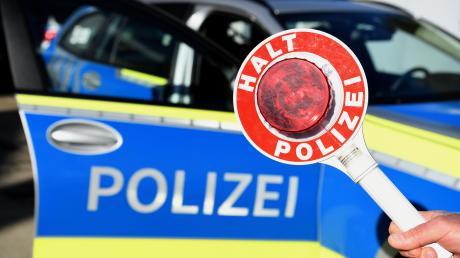 Die Polizei wollte einen 24-jährigen Rollerfahrer in Bobingen kontrollieren. Doch dieser flüchtete und versteckte sich in einer Hofeinfahrt.