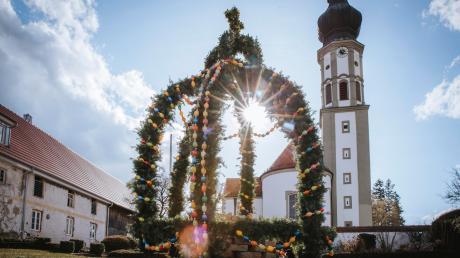 Der Osterbrunnen in Schwabhausen strahlt in der Sonne