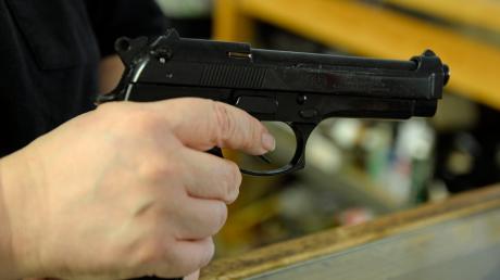 Mit einer Schreckschusswaffen hat ein Mann in Peiting andere Personen bedroht.