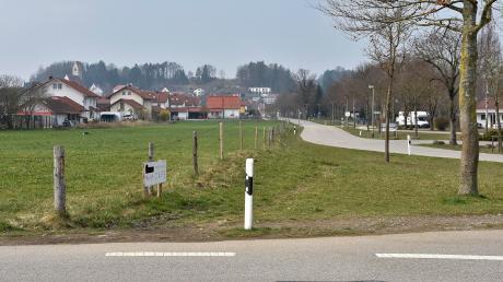 Schon seit Jahren verhandelt die Gemeinde Fuchstal mit einem Landwirt, um hier den Fußweg entlang der Josef-Schöner-Straße fortführen zu können.
