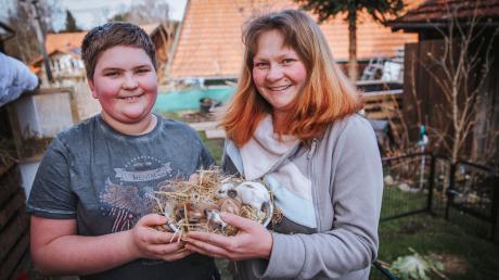 Florian und Rosi Fink aus Obermühlhausen mit den kleinen Hasenbabys.