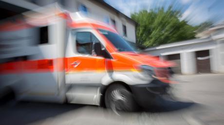 In einem Baumarkt kommt es zu einem Arbeitsunfall: Ein Mitarbeiter muss verletzt ins Krankenhaus.