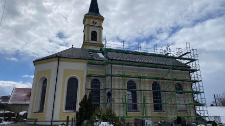 Die Kirche St. Nikolaus in Dettenschwang ist eingerüstet. Jetzt soll sie aufwendig saniert werden.