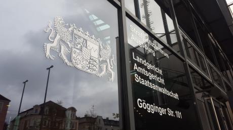 Wegen Bestechung und Steuerhinterziehung müssen sich ein Ex-Lechstahl-Manager und zwei weitere Angeklagte vor dem Augsburger Landgericht verantworten.