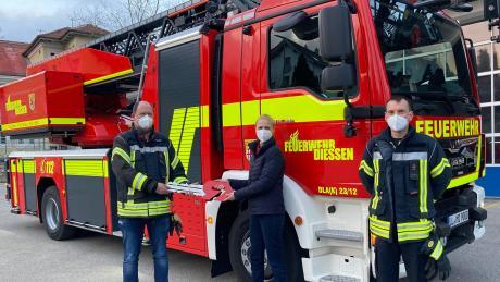 Die Feuerwehr Dießen hat eine neue Drehleiter. Bürgermeisterin Sandra Perzul übergab symbolisch den Schlüssel an Kommandant Florian König. Rechts: Zweiter Kommandant Rüdiger Steffek.