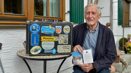Helmut Thalmayr und sein berühmter Koffer, der den Mitbegründer des Musikvereins Penzing überall mit hin begleitet hat. Die Corona-Pandemie hält auch ihn derzeit zu Hause fest.