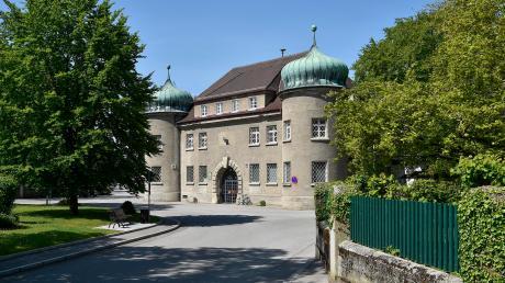 In der JVA Landsberg hat ein Insasse immer wieder Justizvollzugsbeamte angegriffen. Nun musste sich der 29-Jährige dafür vor dem Augsburger Amtsgericht verantworten.