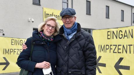Franz Heider nimmt seine Frau Sabine nach der Impfung in Empfang: Die 67-Jährige hatte wegen des Impfstoffs von AstraZeneca zunächst Bedenken gehabt.