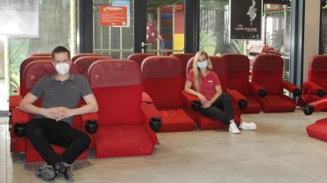Christoph Watzlawik und Janine Steer machen es sich noch ein letztes Mal auf den ausgedienten Kinosesseln gemütlich, ehe diese abgeholt werden.