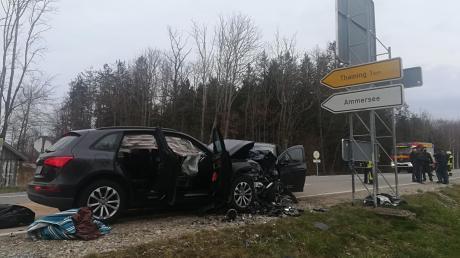 Beim Frontalzusammenstoß zweier Autos an der Kreuzung der Staatsstraße zwischen Lengenfeld und Issing und der Kreisstraße Thaining-Pflugdorf ist eine Frau ums Leben gekommen, drei weitere Personen wurden lebensgefährlich verletzt.