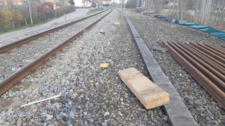 Bei Peitingist ein Zug mit einer Betonplatte und zwei Holzbrettern kollidiert.