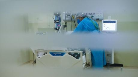 Obwohl die Corona-Situation im Landkreis Aichach-Friedberg seit mehreren Tagen stabil ist, nimmt die Belastung in den Krankenhäusern zu.