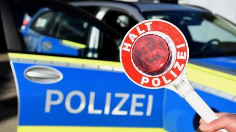 Die Polizei hat zwei Fahrzeuge aus dem Verkehr gezogen, die deutlich überladen waren.
