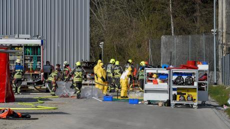 Die Feuerwehrler, die den Gas-Austritt bei Iwis Ketten in Landsberg beseitigten, trugen spezielle Schutzanzüge.
