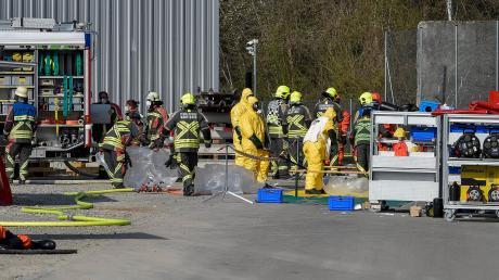 An die 70 Einsatzkräfte der Feuerwehr sowie weitere Rettungskräften rückten zum Großeinsatz auf dem Gelände der Firma Iwis im Landsberger Frauenwald an.