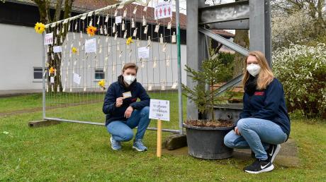 Paula und Jule Reinold aus Erpfting präsentieren den Maibaum 2083.