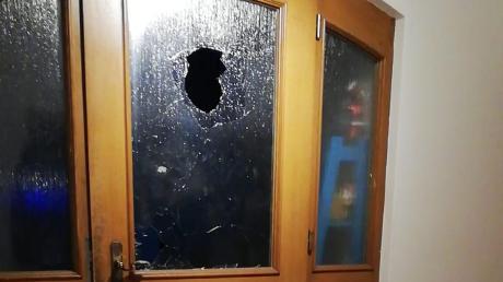 Diese Glastür wurde in Leeder von Unbekannten eingeworfen.