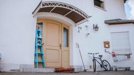Die Scheibe dieser Tür wurden mit einer Bierflasche und einem Stein eingeworfen. Sie wurde am Samstag notdürftig repariert.