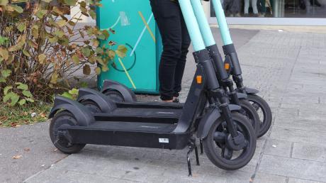 Die Polizei Landsberg hat in der Nacht auf Mittwoch einen E-Scooter-Fahrer angehalten. Der Mann wehrte sich gegen seine Festnahme.
