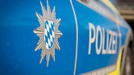 Die Polizei bittet bei zwei Unfallfluchten in Pfersee um Hinweise.