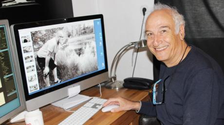 Der Fotograf Noah Cohen in seinem Fotostudio. Auf dem Bildschirm ist der Radiomoderator Michael Strassmann zu sehen.