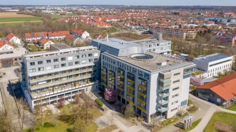 Das Landsberger Klinikum platzt räumlich aus allen Nähten. Wie berichtet, soll das Gebäude deswegen im Süden im Patientengarten (vorne im Bild) um einen vierstöckigen Funktionsbau erweitert werden.