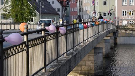 """Bunte Luftballons mit Botschaften haben Mitglieder der Gruppierung """"Landsberg bleibt bunt"""" an der Karolinenbrücke aufgehängt."""