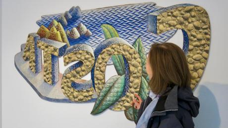 """Silvia Großkopf, die Vorsitzende des Galerievereins, hat die Ausstellung zum Werk des Berliner Malers Wolfgang Rohloff mit Bert Praxenthaler kuratiert. Das Foto zeigt sie vor der Arbeit """"Costa"""", Materialmontage, Acryl, 1973, 110 x 160 cm."""