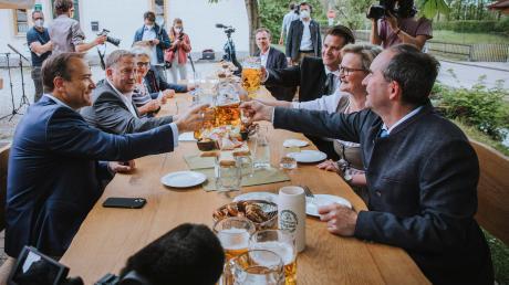 Bayerns Wirtschaftsminister Hubert Aiwanger (rechts) eröffnete in Kaufering symbolisch die Biergartensaison 2021.