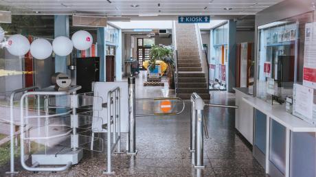 Der Eingang ins Landsberger Inselbad. Das Bad soll umfangreich saniert werden. Nun soll entschieden werden, ob in dem sanierten Gebäude auch eine Ganzjahresgastronomie Platz finden soll.