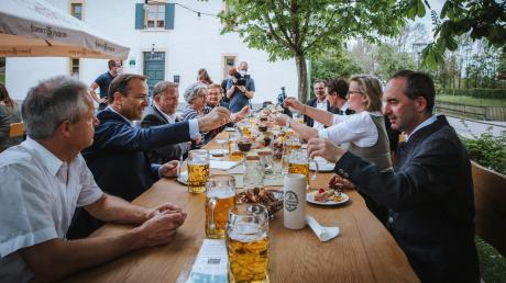 "Beim ""Brückenwirt"" saßen unter anderem Minister Hubert Aiwanger, Landrat Thomas Eichinger und Bürgermeister Thomas Salzberger beisammen."