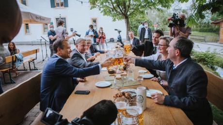 Der bayerischer Wirtschaftsminister Aiwanger eröffnet beim Brückenwirt in Kaufering die Biergartensaison.
