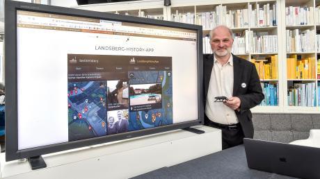 """Der Landsberger Wolfgang Hauck zeigt eines seiner vielen Projekte: die """"Landsberg History App"""". Sie soll Interessierten besondere Plätze in Landsberg und im Landkreis näherbringen. Das Projekt wird vom bayerischen Kulturfonds gefördert."""
