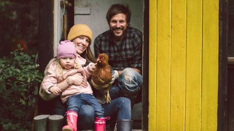 Markus Sämmer aus Riederaumit Frau und Tochter und einem seiner Hühner.