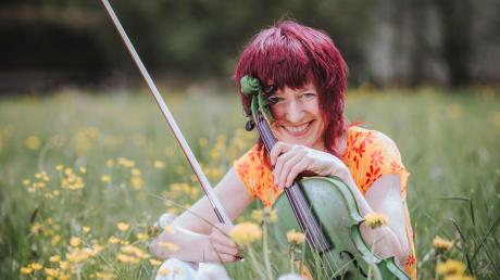 Die grüne Geige ist das Markenzeichen von Monika Drasch aus Utting. In der Corona-Krise hat sie neue Wege entdeckt, auf denen sie ihren Fans ihre Musik nahebringen kann.