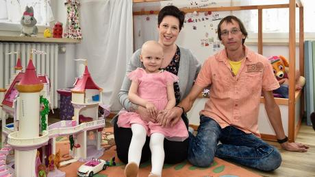 Die Kollegen von Daniela Berlit aus Egling spenden ihr viereinhalb Jahre Überstunden und Urlaub. Die große Solidarität freut auch Ehemann David. Die Mutter kann so für ihre vierjährige Tochter Fiona da sein. Wegen einer Leukämieerkrankung erhält sie derzeit eine Chemotherapie.