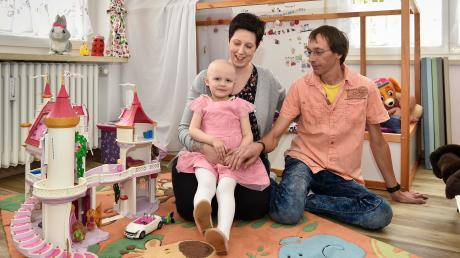 Fiona Berlit (4) hat Leukämie.Mutter Daniela und Vater David freuen sich über die Unterstützung.