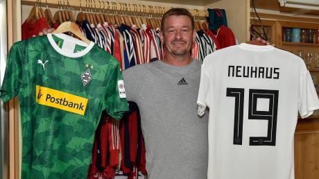 Christian Neuhaus zeigt stolz die Trikots seines Sohnes: Der Kauferinger Florian Neuhaus bestreitet mit der deutschen Fußball-Nationalmannschaft bei der Europameisterschaft sein erstes Turnier.