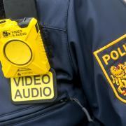 Bei einer Kontrolle in Landsberg hat ein junger Mann Polizeibeamte beleidigt.