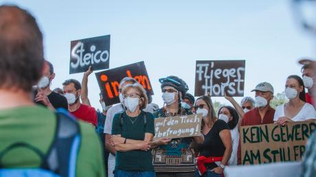 Bei einer Demonstration beim Weiler Stillern forderten Teilnehmer, dass Steico sich auf dem Fliegerhorst ansiedeln soll.