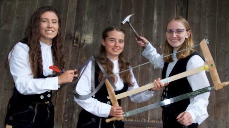 (Von links) Katharina Schmid (21), ihre Schwester Sabrina Schmid (19) und ihre Cousine Elisabeth Schmid (19) arbeiten als Zimmerinnen und sind sehr glücklich mit ihrer Berufswahl.