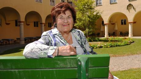 Martha Borgmann im Jahr 2013 auf einer Bank im Innenhof des Heilig-Geist-Spitals in Landsberg. Die langjährige Stadträtin wurde 84 Jahre alt.